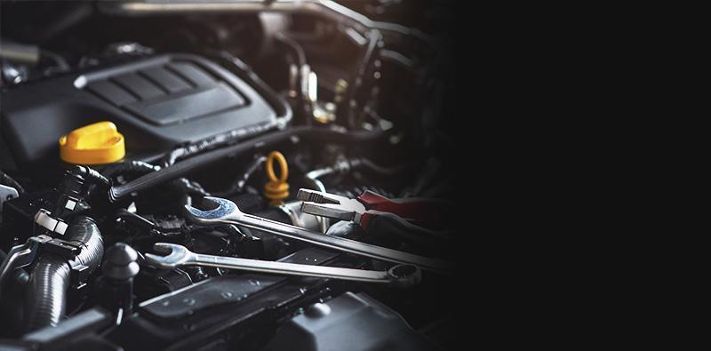 Klucze mechaniczne obok silnika samochodowego
