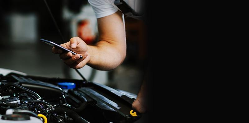 Mechanik ztelefonem wręce